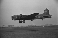 B17 landing (anyjazz65) Tags: aircraft b17 worldwar2 airfield airbase southengland bassingbourn ajo65 aaf01 bloglgb1720130202