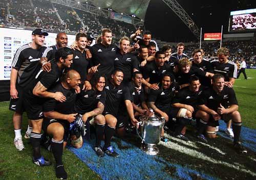 Ali Williams festeggia con i compagni la vittoria della Bledisloe Cup