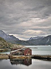 The old mine in Ivittuut, Greenland (Siggidri) Tags: ocean mountain mountains iso200 mine f10 explore greenland fjord 2008 45mm lightroom grnland himinn grenland explored 1160s capturenx westgreenland fjrur grnland grnnedal kangilinnguit isospeed200 lightroom2 nikond300 capturenx2 20080719 ivittuut ivigtt arsukfjord 142432