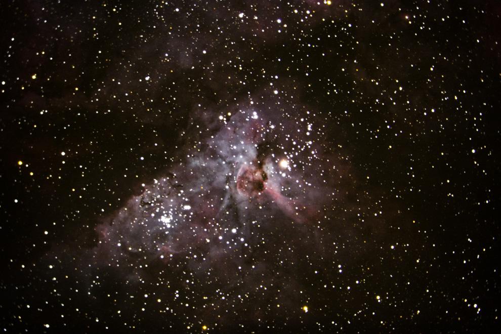 La Nebulosa de Eta Carinae o NGC 3372, es una gran nebulosa de emisión que rodea varios cúmulos abiertos de estrellas. La nebulosa se encuentra a una distancia estimada de 6.500 a 10.000 años luz de la Tierra. NGC 3372 es una de las más extensas en el cielo. Es aproximadamente cuatro veces más grande y más brillante que la famosa Nebulosa de Orión, (Rodrigo Ríos - Zanjita, Paraguay)