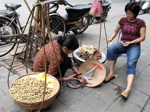 Vietnamese women vendors with their 'yoke' (1)