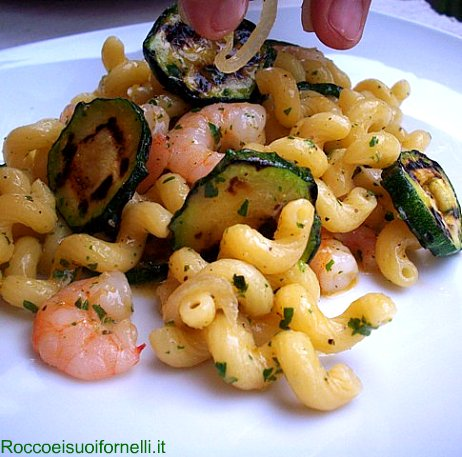 Insalata di cellentani con gamberetti e zucchine