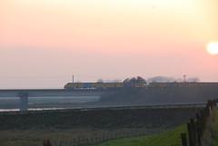 Plan V op Lekbrug bij Culemborg (Charango Nederland) Tags: zonsondergang plan 64 mat v brug zon trein lek culemborg rivier betuwe provincie