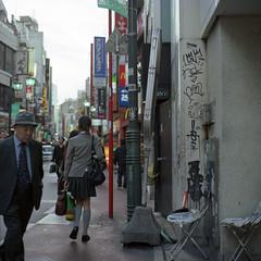 QP. (F_blue) Tags: streetart tokyo kodak hasselblad stm kichijoji qp graffitiart 500cm portra160vc 吉祥寺 落書き planart querenciapeligrosa c8028 fblue2008