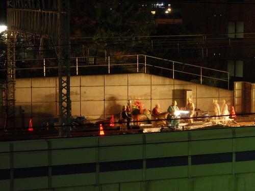 Vías del tren en obras por la noche