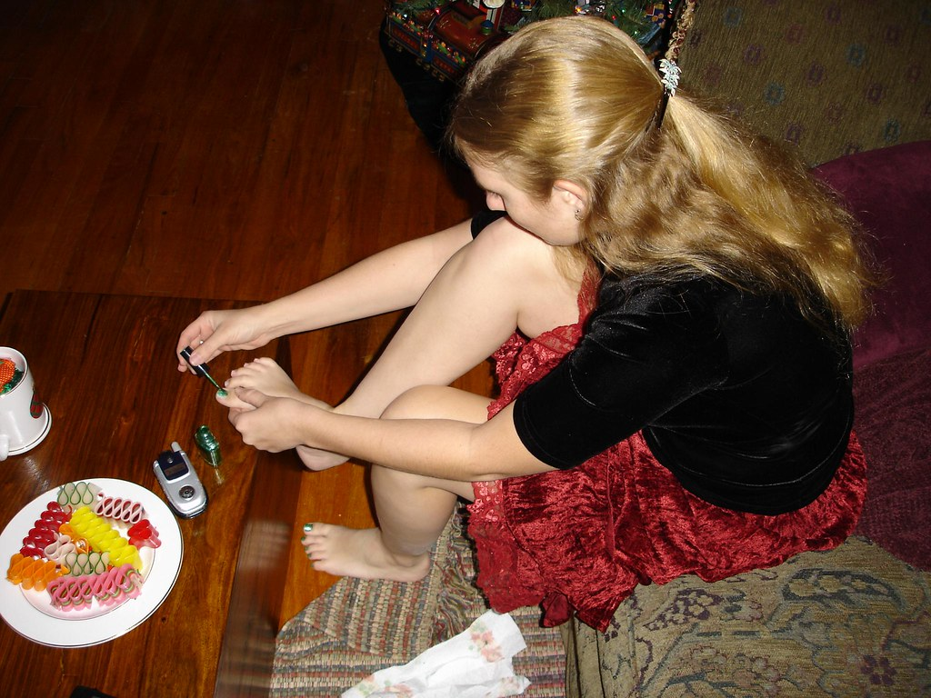 Going on a date w/ a geek 01: Sometimes I think Sarah gets inspiration for her toe nail polish from candy.  Speaking of, DON'T EAT THE CANDY ON THE PLATE!  I came about an inch away from eating 10 yea
