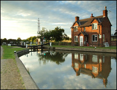 Bishop Meadow lock house (Brian Negus) Tags: uk england house reflection river canal gate leicestershire lock reflexions loughborough soar blindphotographers aplusphoto bishopmeadow bestofbp