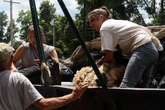 Unloading wool