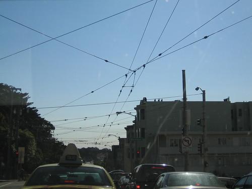 上方密佈的線,公車行走時必須循線取得電力