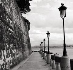 San Juan, Puerto Rico (divaphoenix) Tags: ocean sea blackandwhite water wall lights mar agua aqua mare kodak puertorico sidewalk paseo sanjuan caribbean kodakeasyshare farolas oceano acera z650 ltytr2 ltytr1