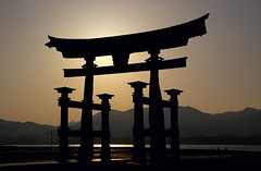 La Gran Torii / The Great Torii (SBA73) Tags: silhouette japan contraluz shrine tide great floating unesco huge gran nippon lowtide silueta shinto iconic torii jinja nihon jap worldheritage santuario contrallum marea itsukushima japn baixamar humanidad patrimonio shintoism patrimoni shintoist    santuari hatsukaichi flotante chugoku  saeki sintoismo flotant mywinners humanitat aplusphoto colourartaward sintoista sintoisme 100commentgroup