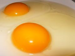 Huevos crudos cerca