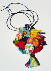 fio com medalho (Gata Valquria) Tags: necklace fuxico feltro colar fio tecido