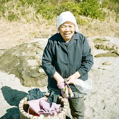 055    (okanoyasushi) Tags: portrait woman 120 6x6 mamiya film japan analog mediumformat square basket kodak human plus vendor portra 75mm portra160nc iso160 newmamiya6 autaut