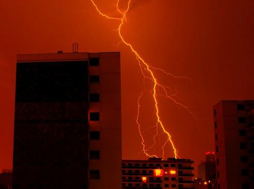 De l'électricité dans l'air: picture Décharge urbaine by danielbroche