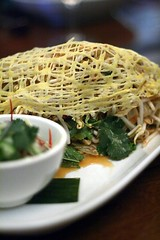 Eggnet with beansprouts, peanuts, pomelo, coriander and sweet vinegar