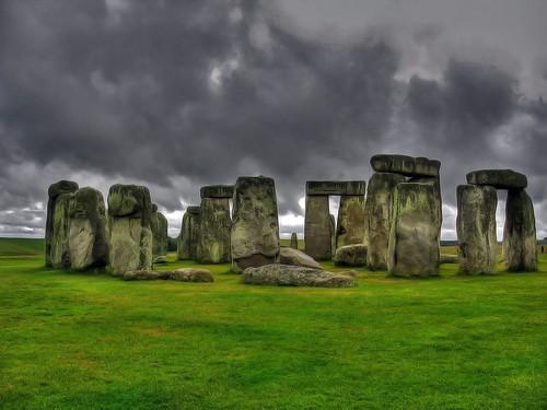 Vòng tròn đá Stonehenge ở Anh được xây dựng để làm gì?