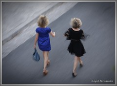 Apresuradas (Angel Fernndez) Tags: moda ibiza compras caminando prisa angelfernandez apresuradas