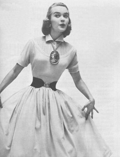 В 80-е годы в моду входят турнюры - объемные драпировки и банты сзади, к...