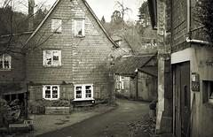 Wuppertal / Germany: Obere Rutenbeck (wwwuppertal) Tags: germany slate wuppertal bergischesland fachwerkhaus schist schiefer halftimberedhouse canonetql25 maisoncolombage obererutenbeck