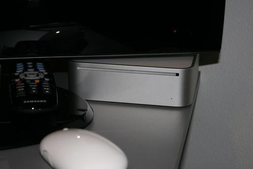 Mac Mini escondido debajo de mi tele (es tímido)