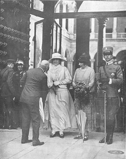 10 junio 1924. Visita de los Reyes de España e Italia a Toledo. La reinas de Italia (Elena), España y el príncipe Humberto en la puerta del Alcázar.