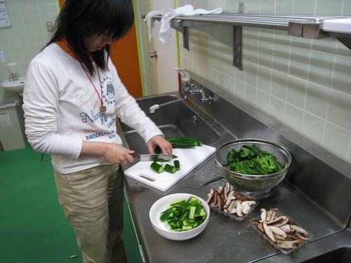 同學切菜中