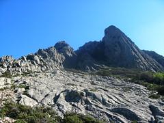 Vue de la Punta Chantata (1091m ?) et du couloir depuis le bas des dalles