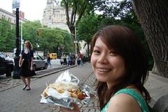 坐在中央公園外的人行道上,享用NY知名的熱狗堡