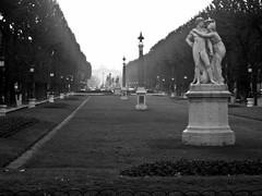 Paris - Jardin du Luxembourg (B&W) (timinbrisneyland) Tags: park sculpture paris france french blackwhite jardin luxembourg