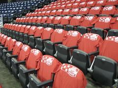 米国カラーのTシャツが掛けられた座席 赤