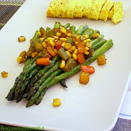 Asparagi alla griglia con tagliatelle d'uovo