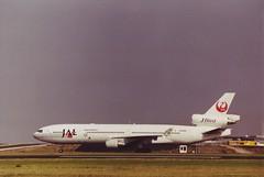 McDonnell Douglas MD-11  Japan Airlines  JA8582 (Den Batter) Tags: minoltax700 spl schiphol md11 japanairlines eham mcdonnelldouglas ja8582 01l19r