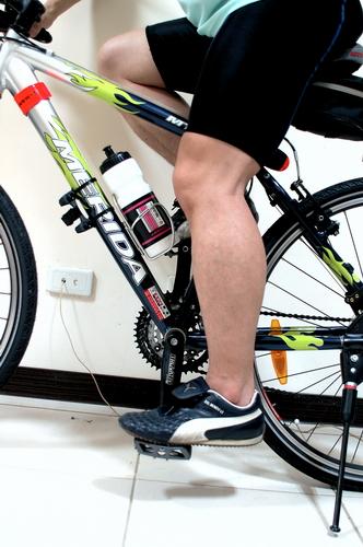 腳掌的拇指球踩踏板時,腳要自然微微的彎曲