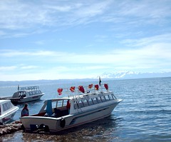 Boat with  Red Flags, Titicaca (ojodorado) Tags: blue laketiticaca titicaca azul bolivia banderas lagotiticaca