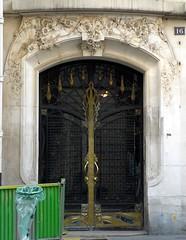 Paris, rue du Louvre (Marie-Hlne Cingal) Tags: door paris puerta artnouveau porta porte tr quartierdulouvre