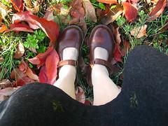 mimmama in autunno (mimmama) Tags: foglie donna grigio campagna autunno scarpe arancione marrone gonnadiflanella mimmamatteucci