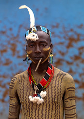 Hamar man Ethiopia (Eric Lafforgue) Tags: africa man artistic drawing african makeup tribal ornament blackpeople bodypainting toothbrush ethiopia tribe ethnic rite hamar tribo hamer headdress adorn