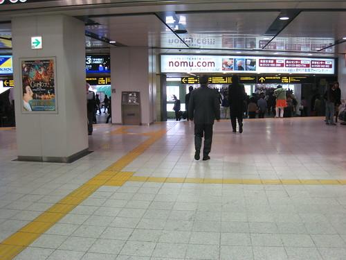 Des lignes jaunes et en relief sur le sol indiquent les directions à prendre