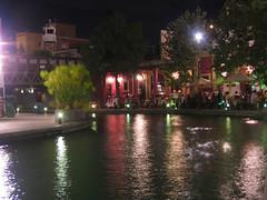 Cenando en la ribera del río.