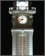 Una hora de hoy es mejor que dos de maana... (Oitana) Tags: santafe argentina torre time terminal hora rosario nocturna reloj mariano moreno omnibus agujas tiempo oitana