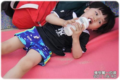 110430-沙灘喝奶-1
