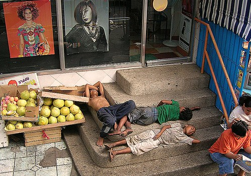 Fuente Osmena Rotunda, Cebu boys sleeping on stairs sidewalk Buhay Pinoy Philippines Filipino Pilipino  people pictures photos life Philippinen  菲律宾  菲律賓  필리핀(공화국)