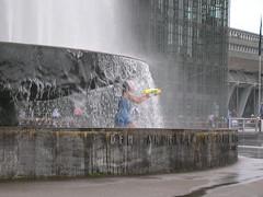Luzern - Mdchen in Springbrunnen vor Kunsthalle (ray_bln) Tags: schweiz springbrunnen brunnen luzern stadt lucerne mdchen frauen bauten