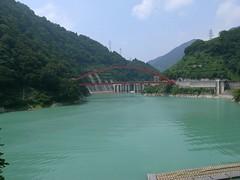 朱色の湖面橋と宇奈月ダム