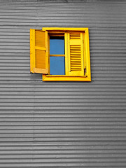 En amarillo? (Vanu) Tags: windows argentina cutout ventana lumix colours colores panasonic laboca caminito desaturado digitalcameraclub desaturadoselectivo colorphotoaward superaplus aplusphoto fz18 betterthangood