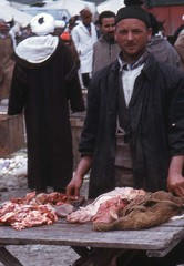 souk el had an acha (rif maroc 1975) (fentre ouverte) Tags: market berber maroc souk march boucher rif afrique berbre boucherie taounate anacha tripier taounatenostalgie berberforever