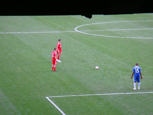 Falta a favor del Liverpool. Alonso y Fabio Aurelio preparados.