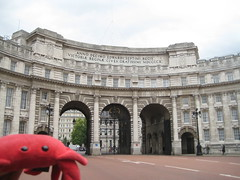 Laura & Claude in London (36) (chicgeekuk) Tags: red laura animal toy crab plush claw abroad stuffedanimal seafood claude crabs crustacean claws kishimoto travellingtoys travellingtoy laurakishimoto laurakishimotoca claudeabroad