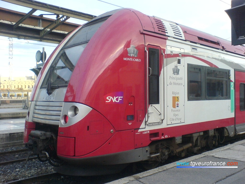 Vue détaillée de la motrice Z 26578 qui arbore le logo de la SNCF et les blasons de la Principauté de Monaco et de la Région Provence-Alpes-Côte d'Azur